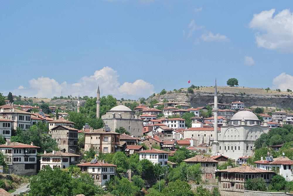 Köprülü Mehmet Paşa Camii, hemen aşağısında ise İzzet Paşa Camii yer alıyor.