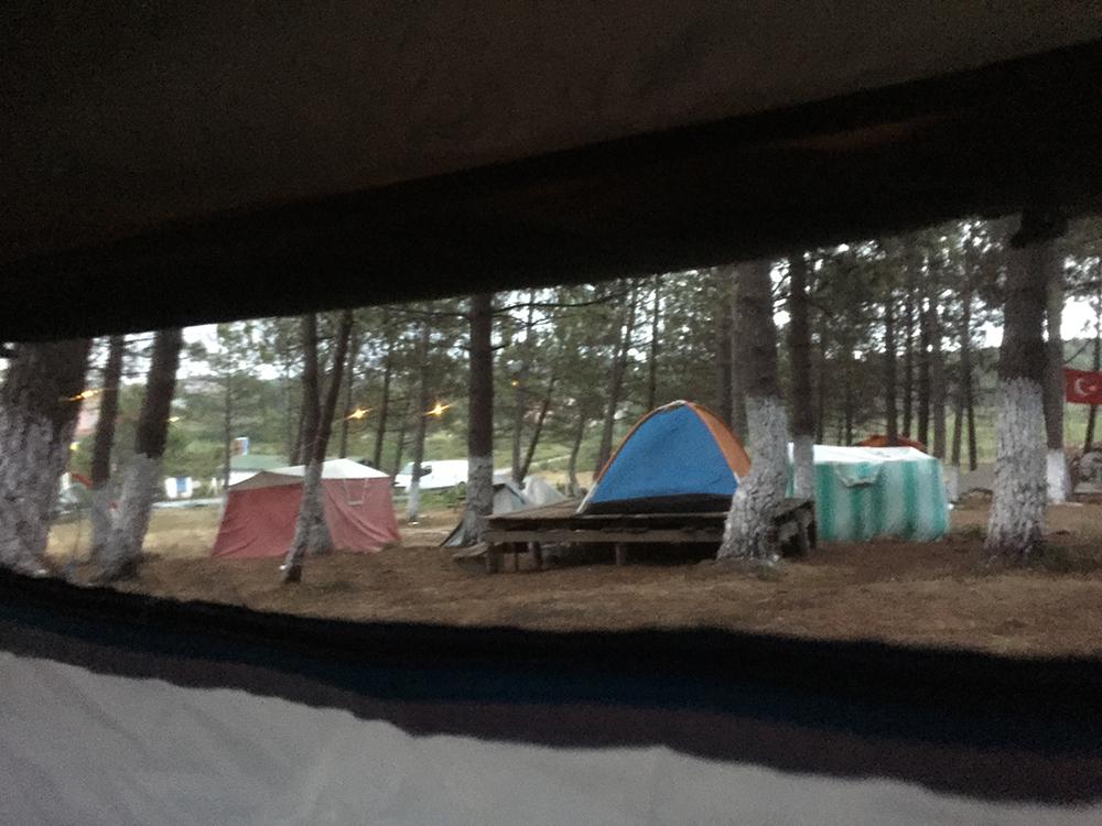 Çadırımızın penceresinden kamp manzarası