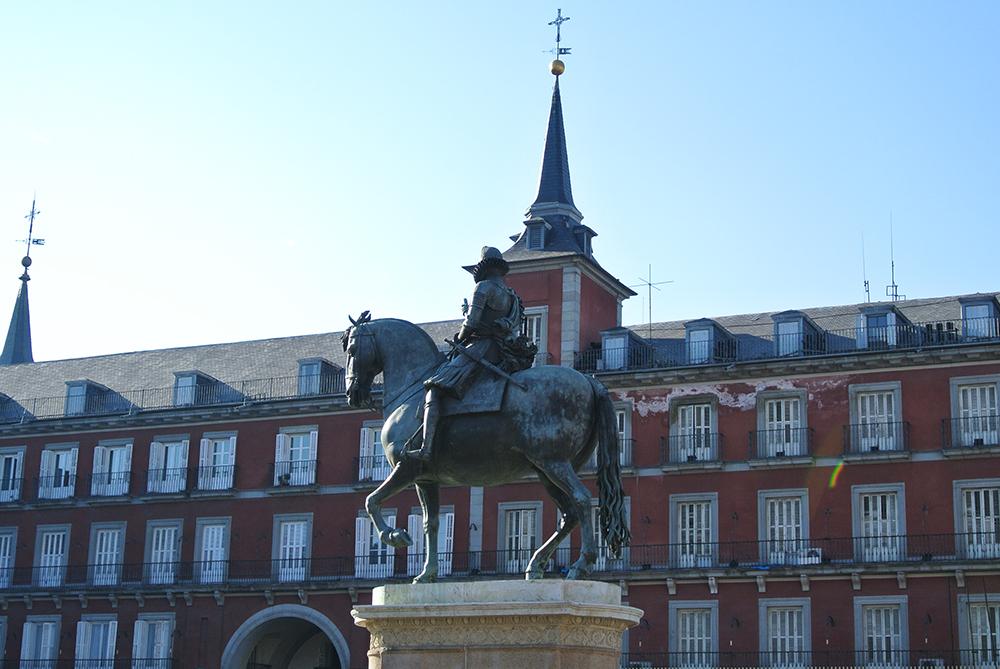 Meydanın ortasında Kral III. Philip'in at üzerindeki heykeli
