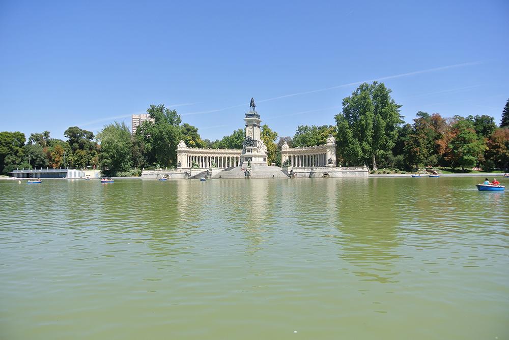 Yapay göl ve Kral Alfonso Anıtı