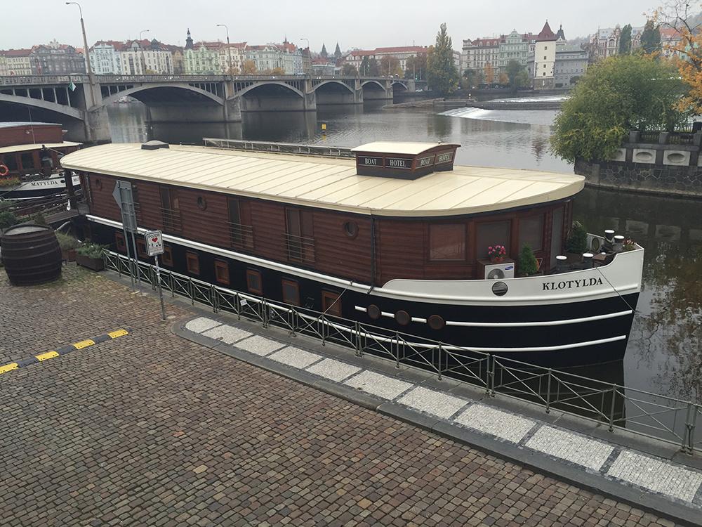 Minik bir bot otel