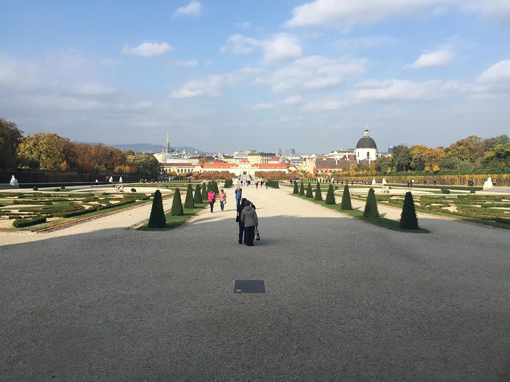 Sarayın bahçesi buradan başlıyor.