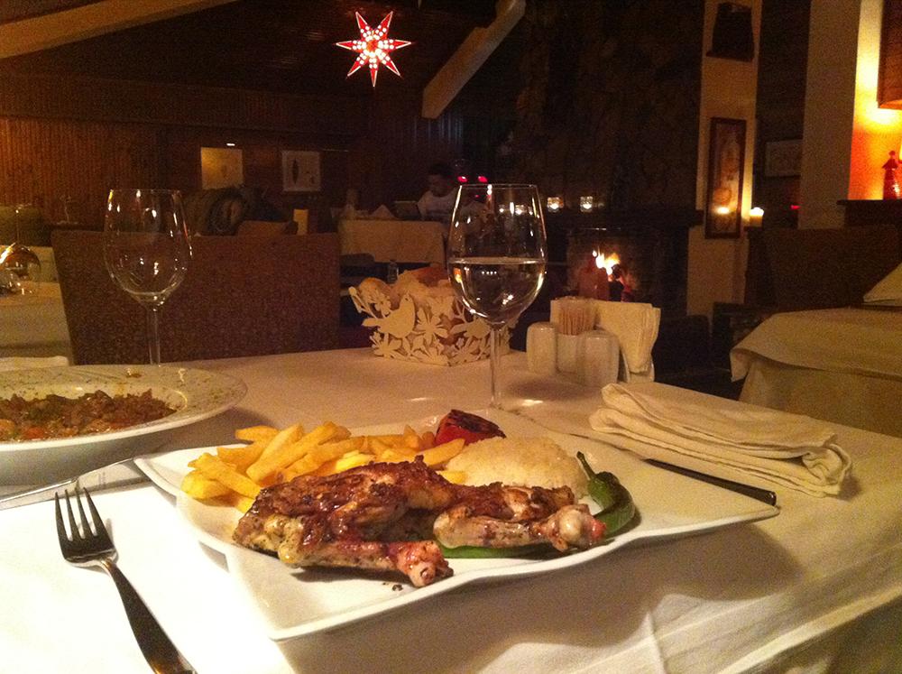 Otelde şömine başında akşam yemeğimiz ♥