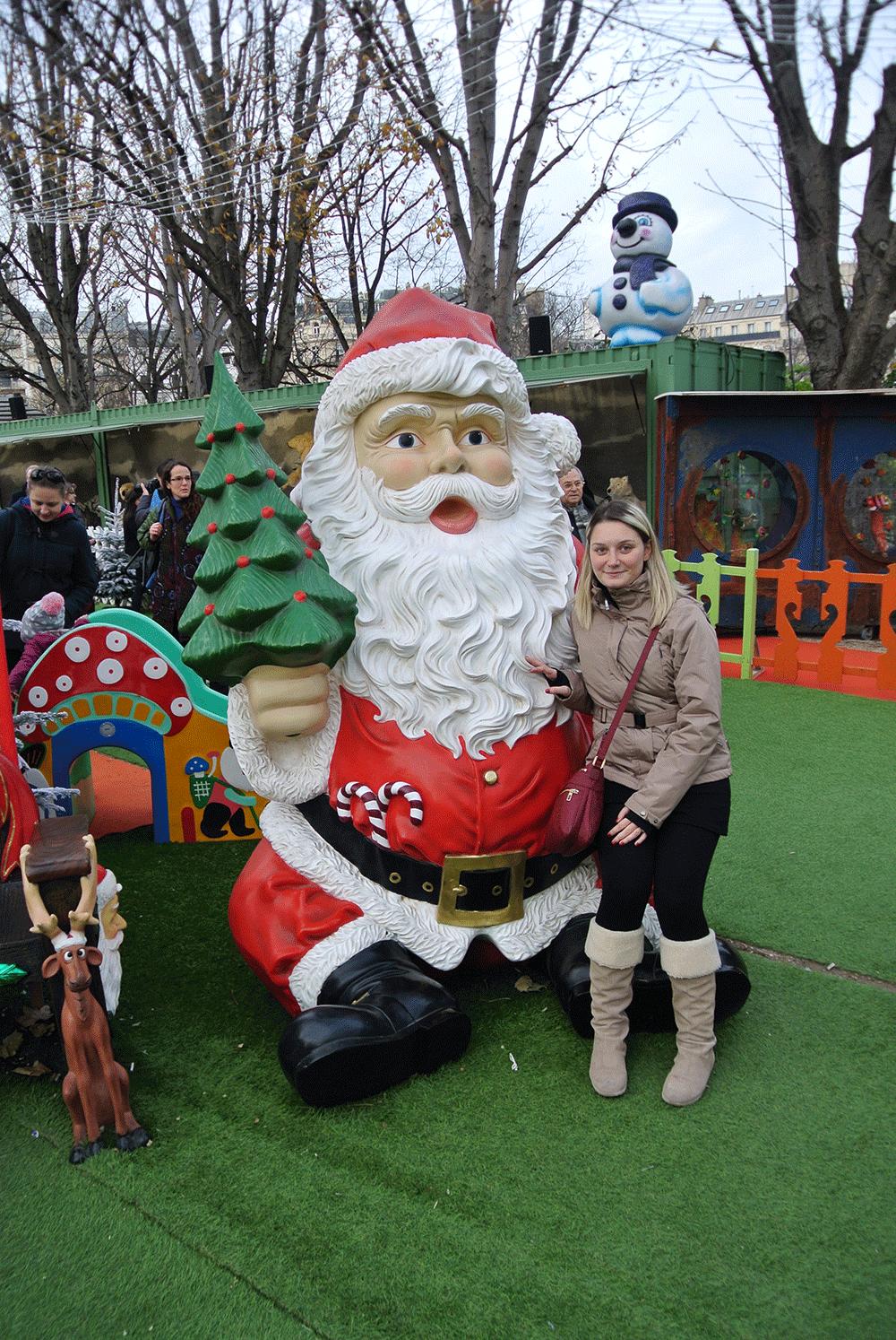 Noel Baba ile poz verirken