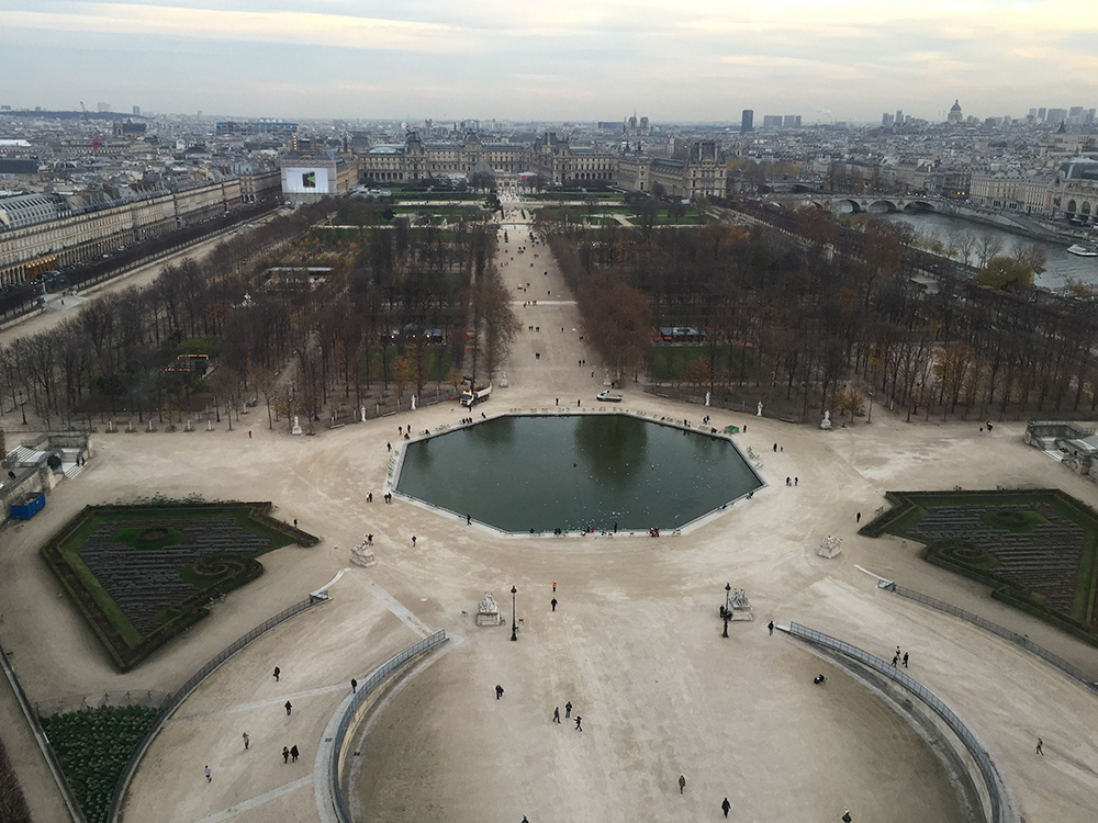 Tuileries Bahçesi ve arkasında Louvre Müzesi