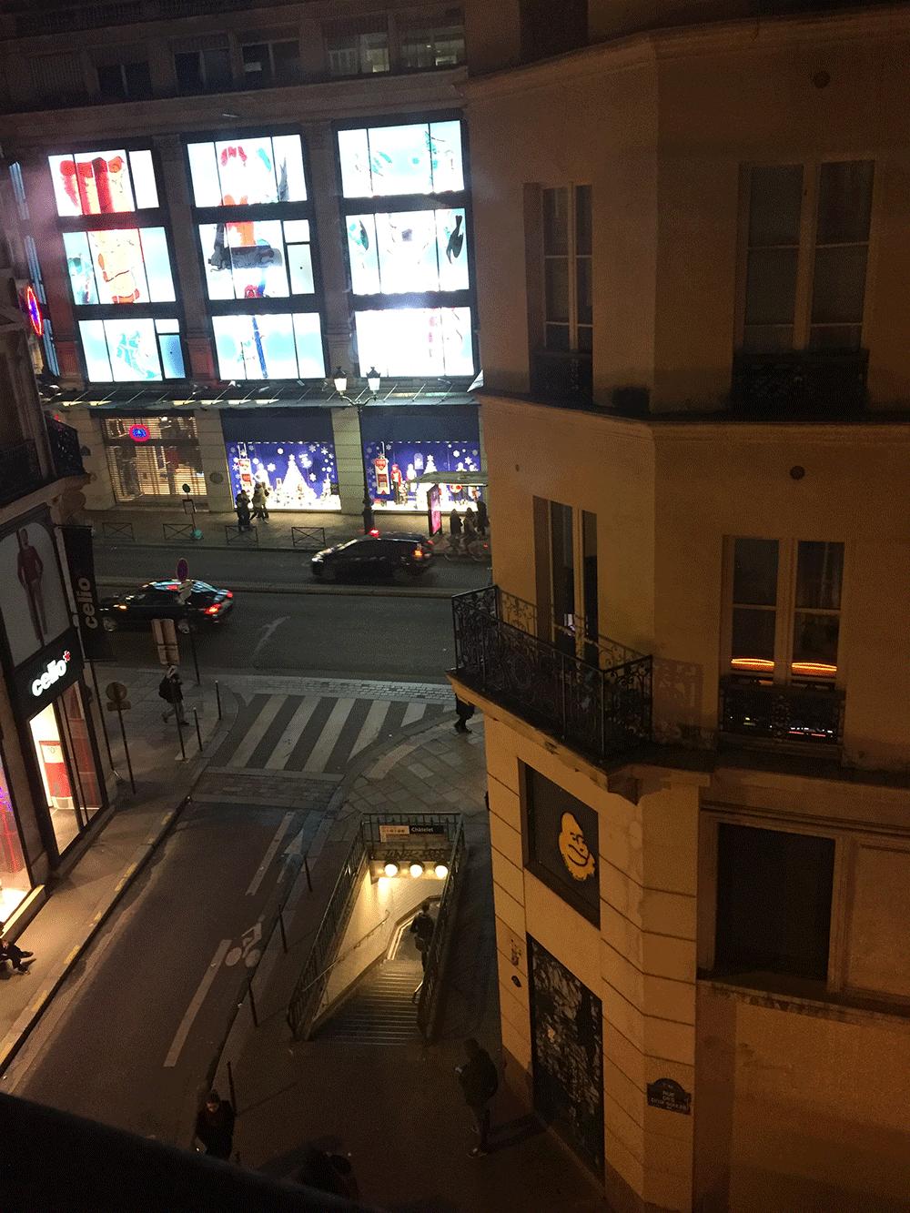 Otelin önü, gözüken cadde Rivoli Caddesi