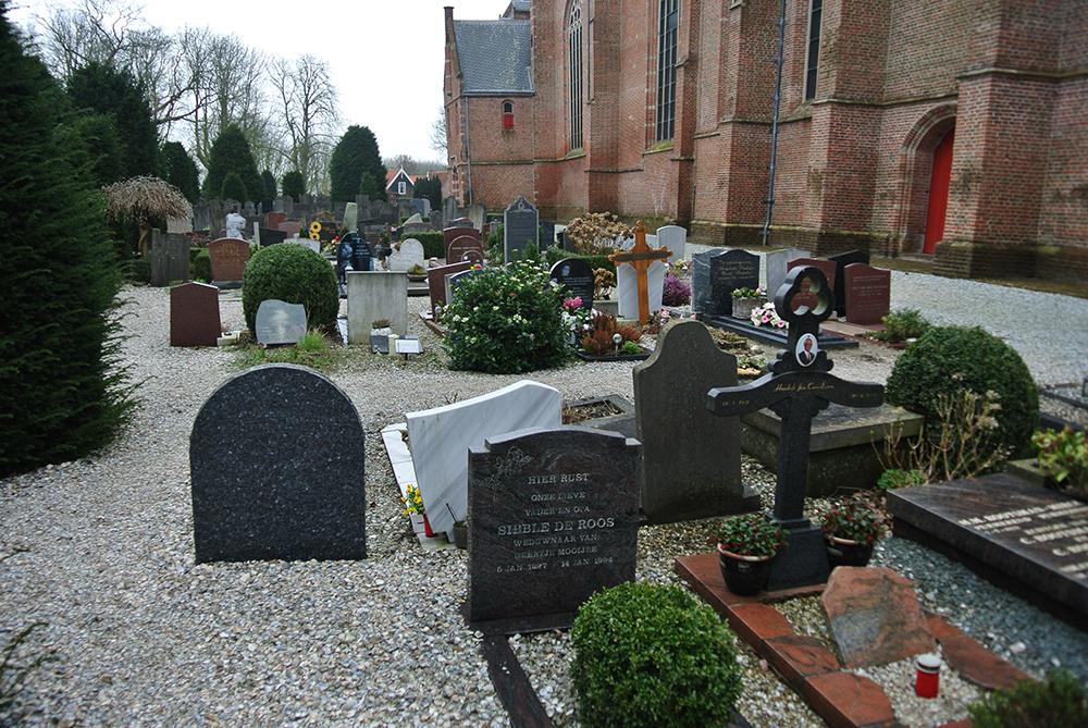 Grote Kerk'in arkasındaki mezarlık ilgimizi çekti