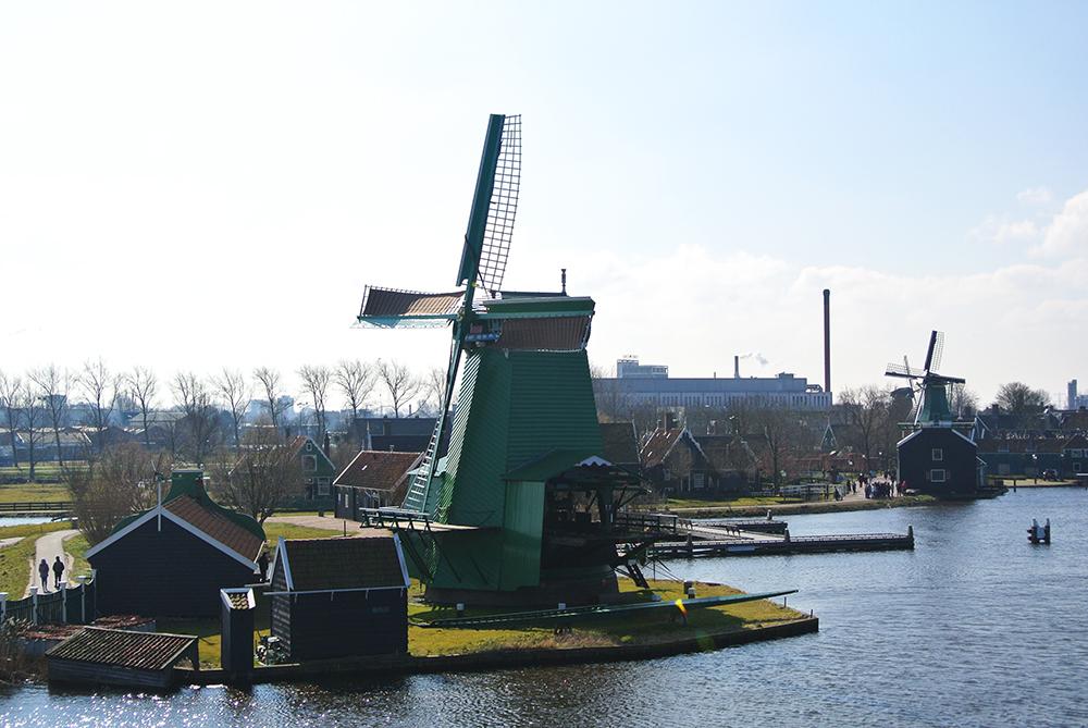 Sağ tarafta bulunan minik değirmen De Huisman