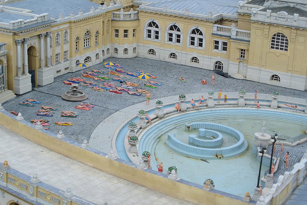 Budapeşte'de termal havuzun keyfini çıkaran minik insanlar