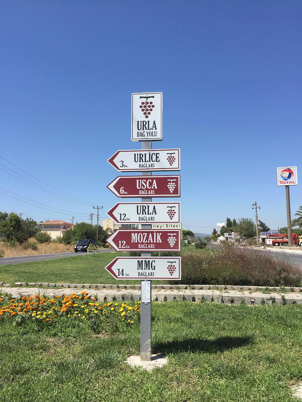Bağ Evlerinin uzaklıklarını gösteren yol tabelaları.