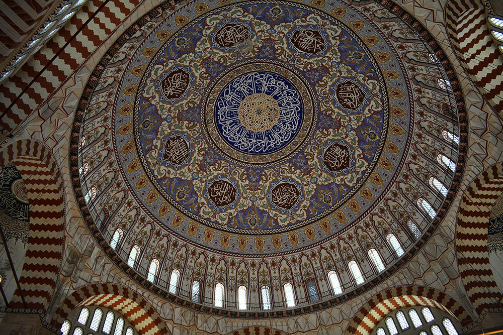 Normal camilerde küçük kubbelerle desteklenen ana kubbe, Selimiye'de tek başına ayakta duruyor.