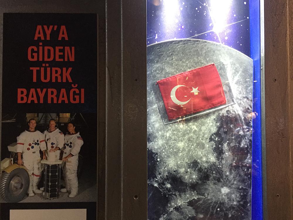 En uzağa, en yükseğe çıkarılan Türk Bayrağı.