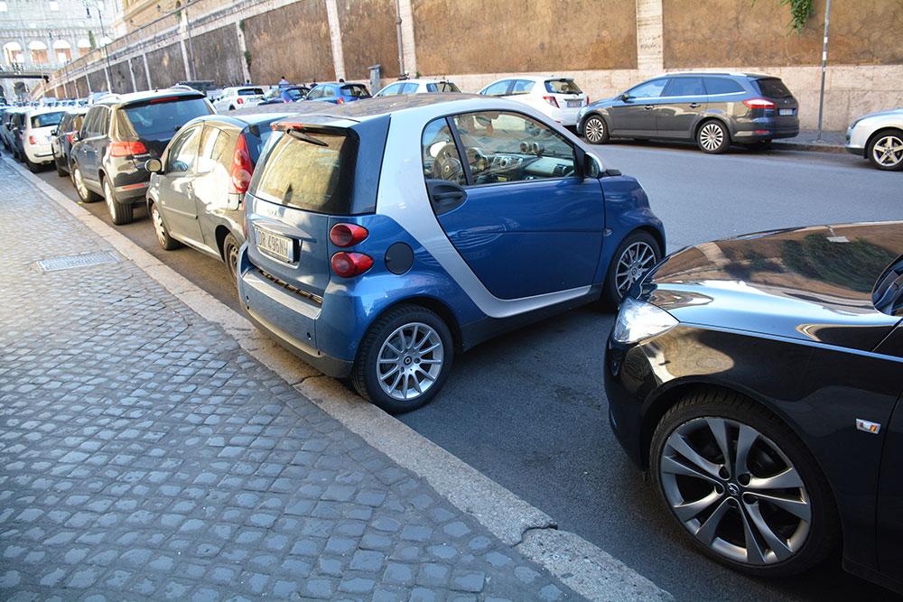 Smart gibi minik araçları yola dik parkediyorlar, çok tatlı! :)