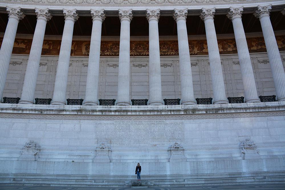 Ben Romalılarla aynı fikirde değilim, anıtı çok sevdim. Büyüklüğünü anlamak için benimle kıyaslayabilirsiniz :)