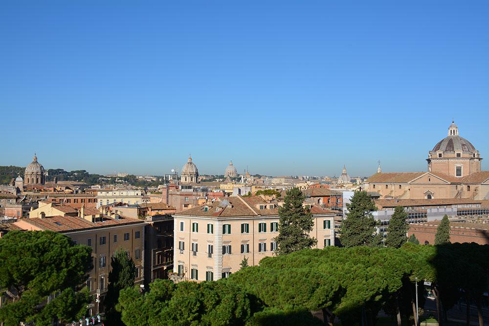 Anıtın tepesinden Roma manzarası.