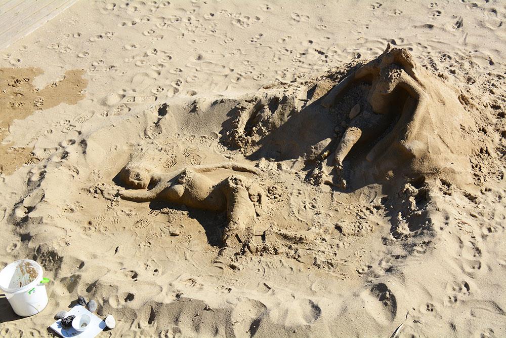 Kumdan heykeller yapan sanatçılarda bulunuyor ancak biz dağılmış haline denk gelebildik :(
