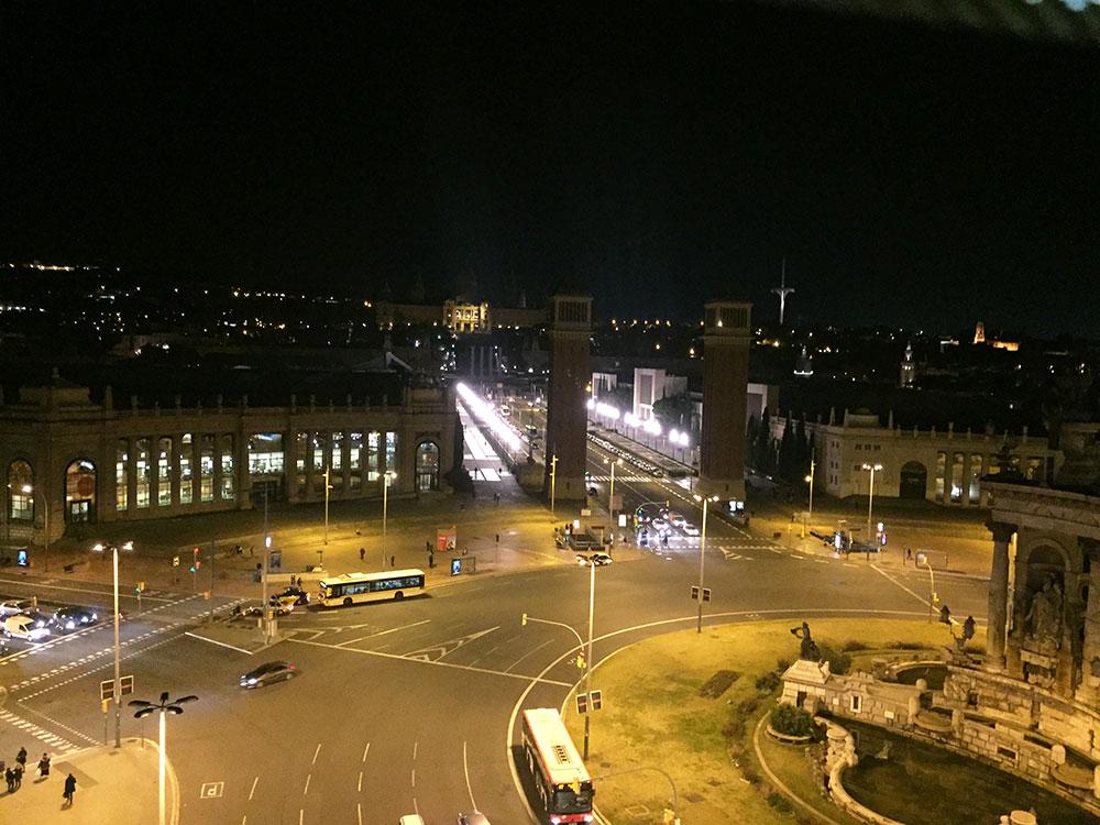 Plaça Espanya, kulelerin ilerisinde görünen yer Montjuic.